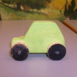 Mehrere Kitas - eine gemeinsame Fortbildung Kinder basteln Autos aus Holz