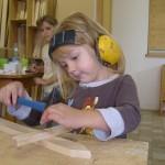 Arbeiten mit Holz in der Kita Kinder bauen ein Schwert