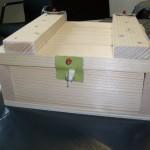 Kinder bauen eine Schatzkiste aus Holz