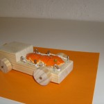 Kindergartenkinder bauen einen Lastwagen aus Holz