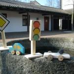 Fahrzeuge und Verkehrszeichen aus Holz gebaut von Kindern