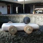 Kinder bauen ein Rennauto aus Holz
