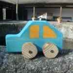 Kinder bauen ein Auto aus Holz