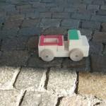 Kinder bauen ein Lastauto aus Holz Bastelanleitung