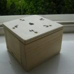 Kinder bauen Kinderspielzeug aus Holz sechs nimmt