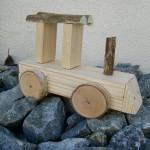 Kinder bauen eine Lokomotive aus Holz