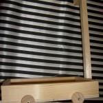 Kinder basteln einen kleinen Bollerwagen aus Holz
