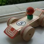 Kinder bauen ein Rennauto Bastelidee aus Holz
