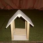 Kinder bauen ein Haus aus Holz