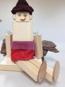 Wie basteln Kinder einen Waldwichtel aus Holz
