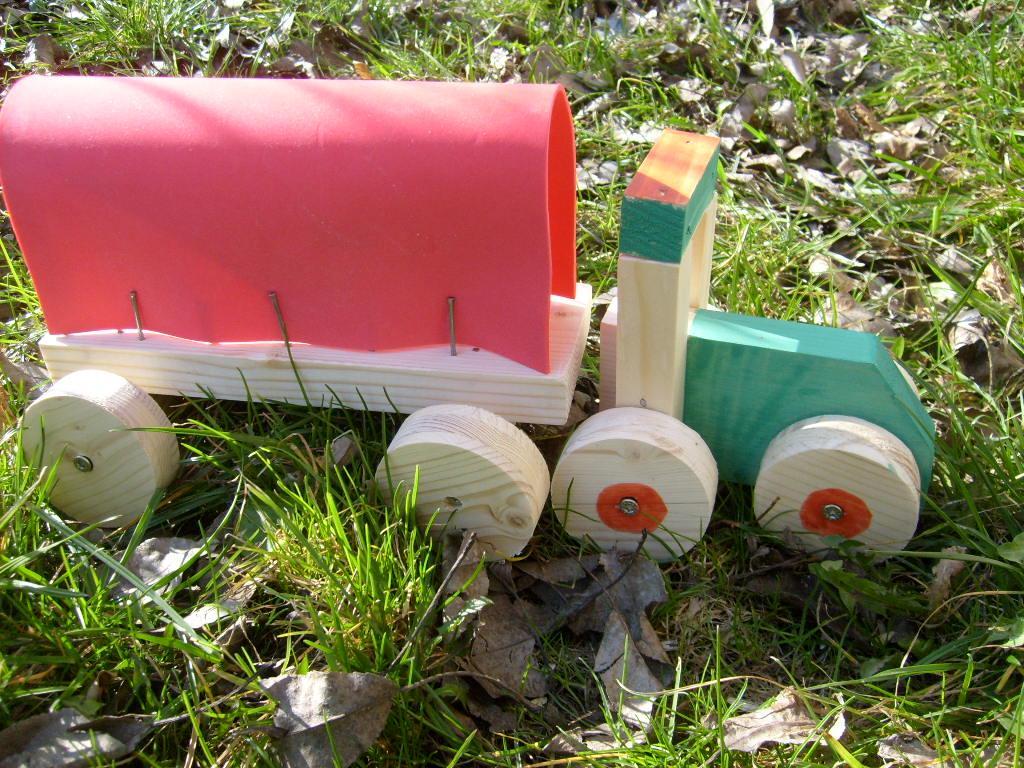 Holztraktor selbstgebaut von Kindergartenkindern
