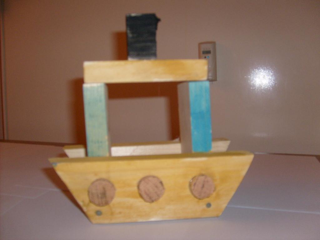 Kindergartenkinder bauen einen einfachen Dampfer aus Holz